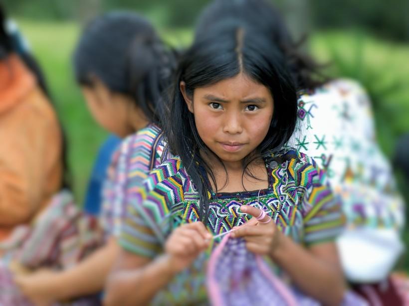 niña_indigenas tejedora