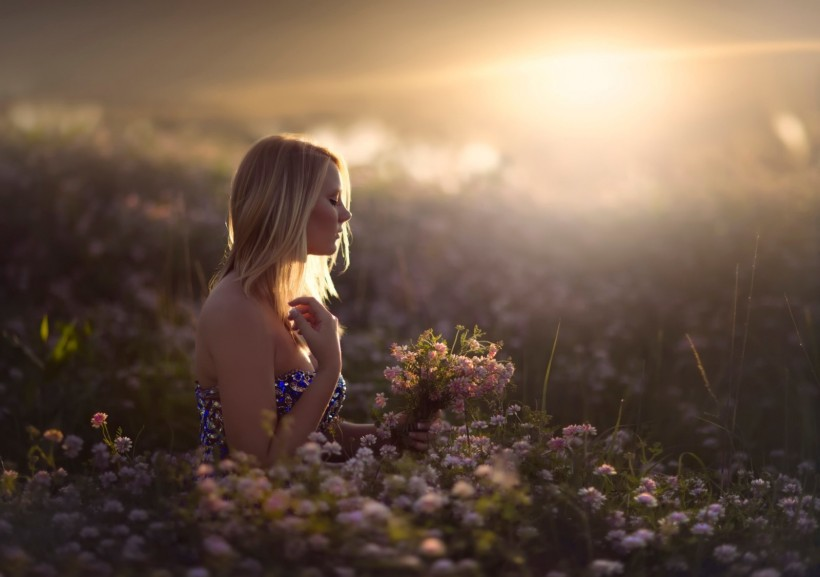 2048x1442_px_field_flowers_model_nature_women_Women_Outdoors-577923.jpg!d